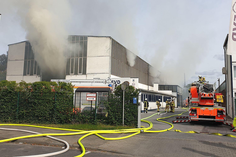 duesseldorf-reisholz:-nina-warn-app-wegen-brand-in-entsorgungsbetrieb-ausgeloest